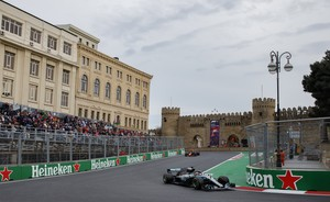 VXH61. Baku (Azerbaijan), 29/04/2018.- British Formula One driver Lewis Hamilton of Mercedes AMG GP in action during the 2018 Formula One Grand Prix of Azerbaijan at the Baku City Circuit, in Baku, Azerbaijan, 29 April 2018. (Azerbaiyán, Fórmula Uno) EFE/EPA/VALDRIN XHEMAJ