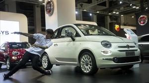 El bailarin Samuel Marti realiza una performance durante la presentacion del modelo 60º aniversario del Fiat 500, el año pasado, en Barcelona.