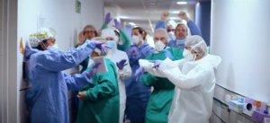 Sanitarios del Hospital del Mar, en el vídeoclip 'En tu balcón', de la banda Going Solo.