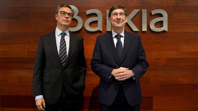 Bankia gana 142 millones de euros hasta junio, un 64% menos. En la foto, el presidente de Bankia, José Ignacio Goirigolzarri, y el consejero delegado, José Sevilla, en rueda de prensa el pasado enero.