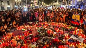 Peluches, velas, dibujos y notas depositadas en memoria delas víctimas del atentado en el Pla de lOs ala Rambla de Barcelona.