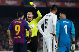 BARCELONA, SPAIN - FEBRUARY 06: Luis Suarez of FC Barcelona is shown a yellow card by the referee Mateu Lahoz during the Copa del Semi Final first leg match between Barcelona and Real Madrid at Nou Camp on February 06, 2019 in Barcelona, Spain. (Photo by Angel Martinez/Getty Images)