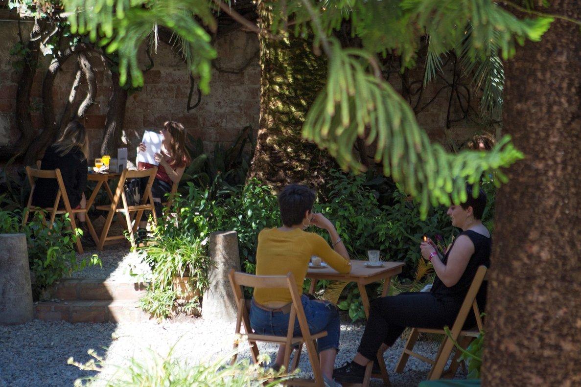 BarCentral, menjar i llegir en un jardí salvatge