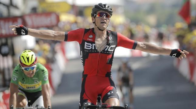 El belga Greg van Avermaet celebra la victòria a Rodez seguit dun Peter Sagan que una altra vegada va estar a prop del triomf en aquest Tour.