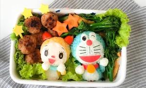 Bolas de arroz caracterizadas como los personajes de dibujos Dorami y Doraemon.