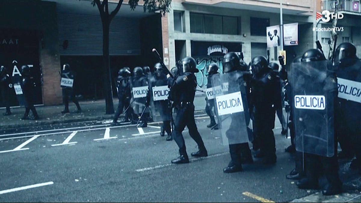 La policía cargando durante el 1-0 (TV-3).