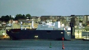 El buque saudí Bahri-Yanbu esta mañana en el puerto de Santander.