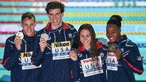 Caeleb Dressel, Zach Apple, Mallo Comerford y Simone Manuel, los cuatro estadunidenses que batieron el récord mundial en la final de 4x100 mixto.