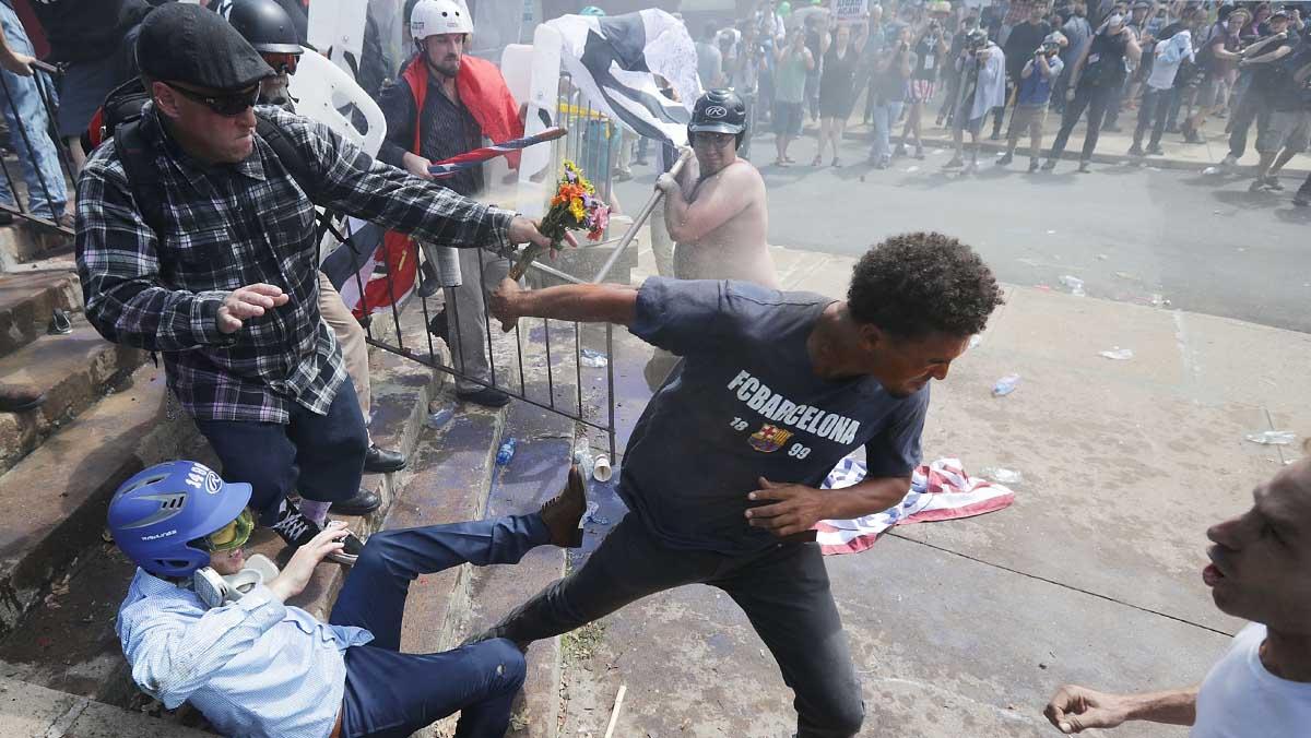Caos en Virginia por los enfrentamientos entre antifascistas y supremacistas blancos.