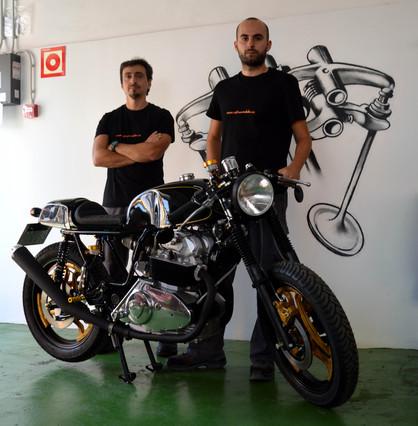 Carlos y Gerard en su taller Cafe Racer Bikes de Terrassa