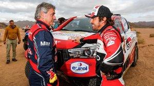 Carlos Sainz (Mini) y Fernando Alonso (Toyota), grandes amigos, conversan tras la etapa de ayer en Arabia Saudí.