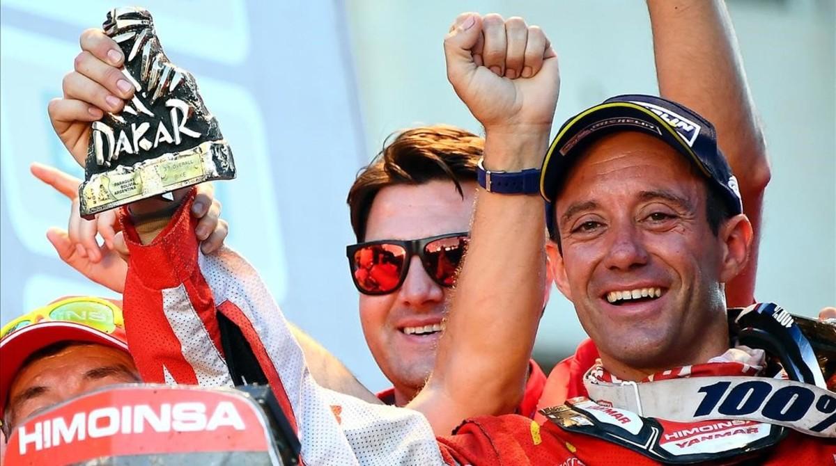 El catalán Gerard Farrés (KTM), con su trofeo de tercer clasificado en el Dakar.