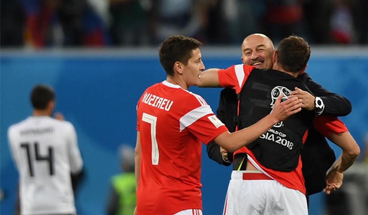 Cherchesov, seleccionador ruso, celebrando con sus jugadores / PERIODICO