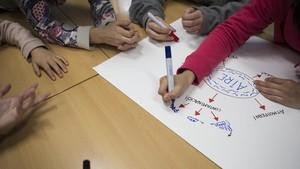 Alumnos del instituto Jaume Balmes durante el proyecto Enlairat sobre la contaminación en la ciudad de Barcelona