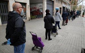 Colas en un supermercado de la calle de Pujades de Barcelona.