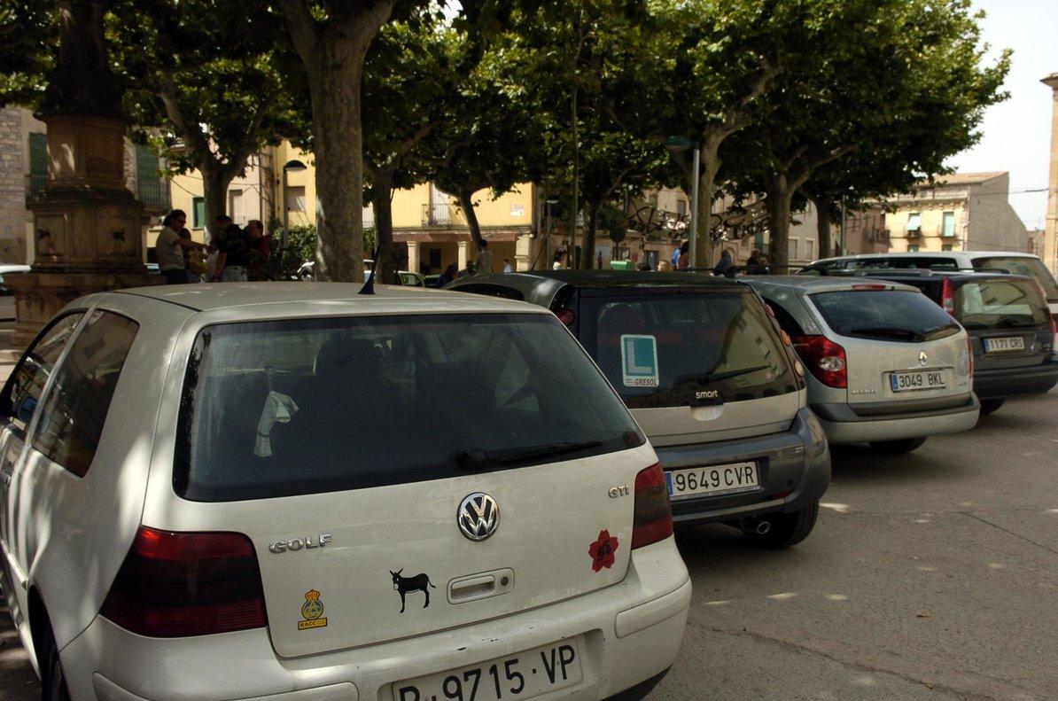 Coches aparcados en la calle.