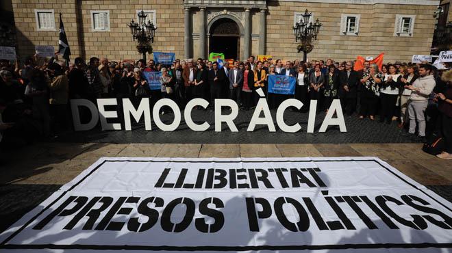 Concentració davant l'Ajuntament en contra el 155 i a la persecució judicial dels membres del Govern.