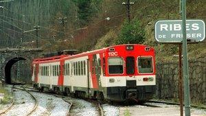 Un convoy de tren descarrilado en Ribes de Freser, muy cerca de donde ha descarrilado otro, este martes.