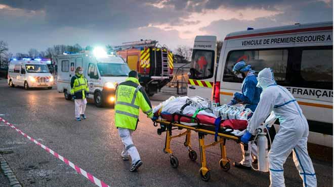 El coronavirus deja 665.164 contagios y 30.852 fallecimientos. En la foto, traslado de un paciente con coronavirus desde un hospital militar a un ambulancia en Mulhouse, Francia.