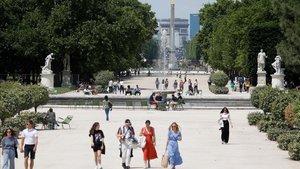El jardín de las Tuileries en París con gente en una fase de la desescalada.
