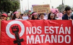 -FOTODELDIA- LIM08. LIMA (PERÚ), 25/11/2017.- Un grupo de activistas participan hoy, sábado 25 de noviembre de 2017, en una movilización en contra de la violencia machista, en Lima (Perú). Decenas de miles de personas se manifestaron en las principales ciudades de Perú para protestar contra los altos índices de asesinatos de mujeres y violencia machista que persisten en el país, considerado el tercero más violento del mundo para las mujeres. EFE/Ernesto Arias