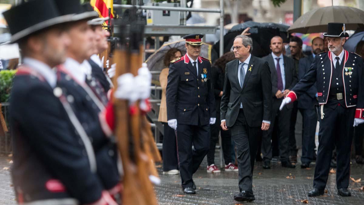 Suena el himno de España durante la ofrenda floral, de Quim Torra, en el monumento de Rafael Casanova.