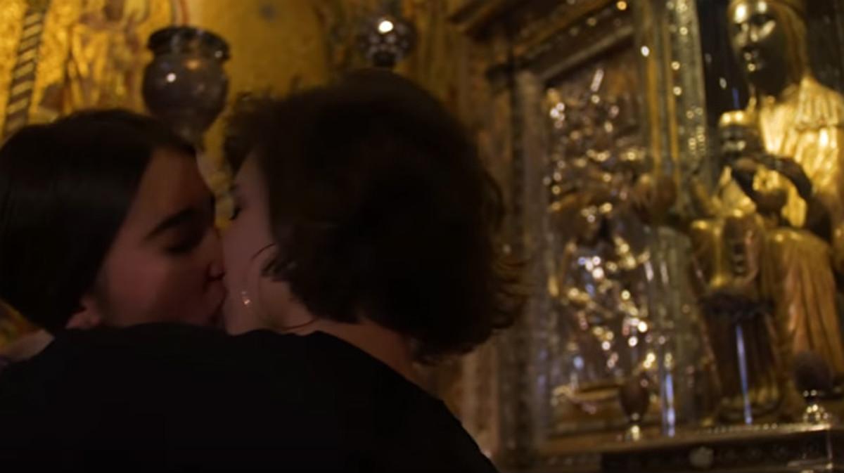 Dos chicas se besan ante la Moreneta, en el vídeo del colectivo juvenil de izquierdas independentisa Arran.