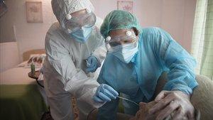 Dos enfermeras realizan pruebas de detección de coronavirus en una residencia geriátrica, el pasado día 14.