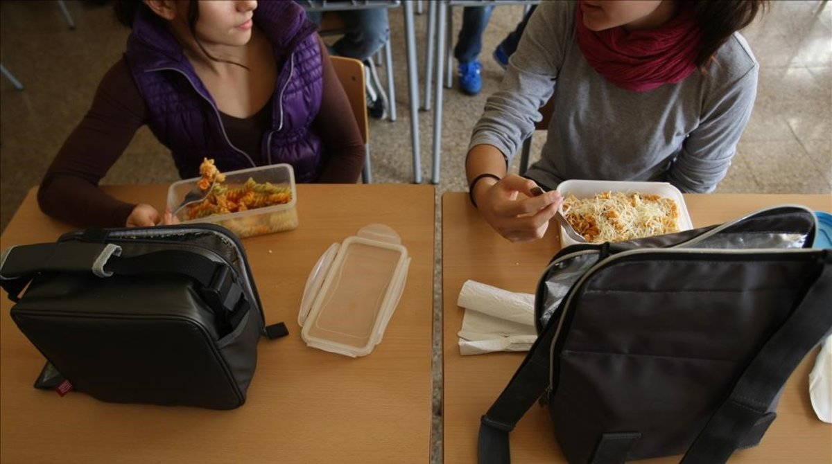 Dos personas comiendo de tuper.