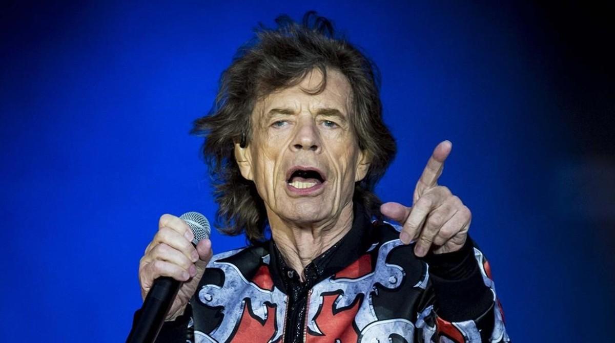 Mick Jagger, en su salsa, ante la multitud, en un concierto.