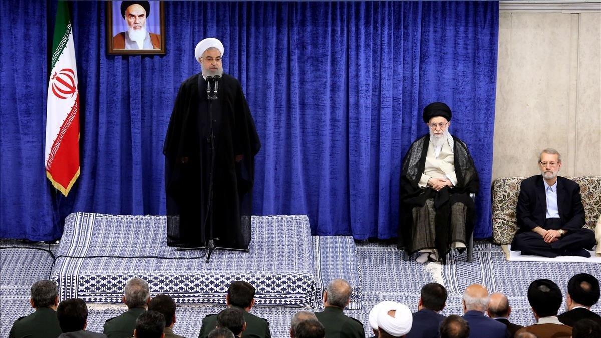 El líder supremo iraní, Ali Jamenei, sentado a la derecha, escucha el discurso delpresidente del país, Hasán Rohaní, el martes en Teherán.