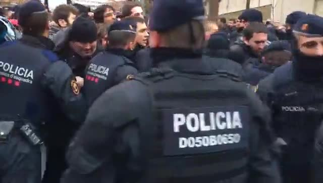 Els Mossos carreguen contra les persones concentrades davant el Museu de Lleida.
