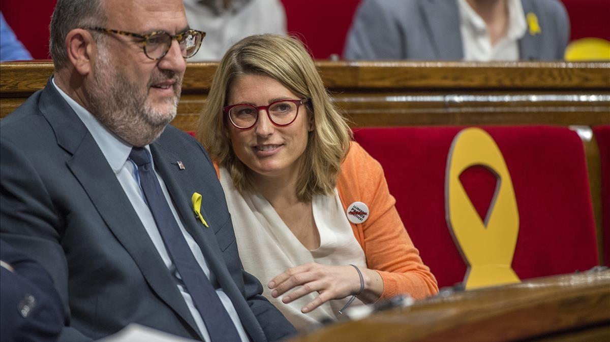 Elsa Artadi junto a Eduard Pujol, durante un pleno en el Parlament.