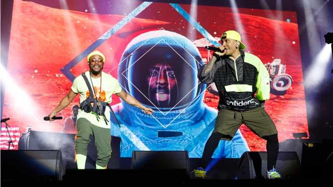 La energía de The Black Eyed Peas enciende la mecha del décimo festival Cruïlla, en Barcelona.