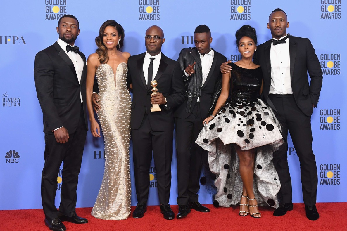 El equipo de Moonlight posa con el Globo de Oro a la mejor película dramática.