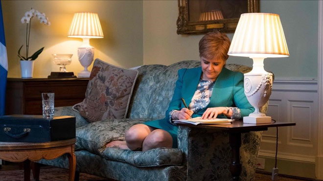 Nicola Sturgeon firma la carta a Theresa May solicitando el referéndum.