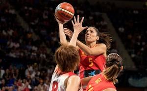 La escolta de la selección Cristina Ouviña lanza a canasta en el partido ante Japón