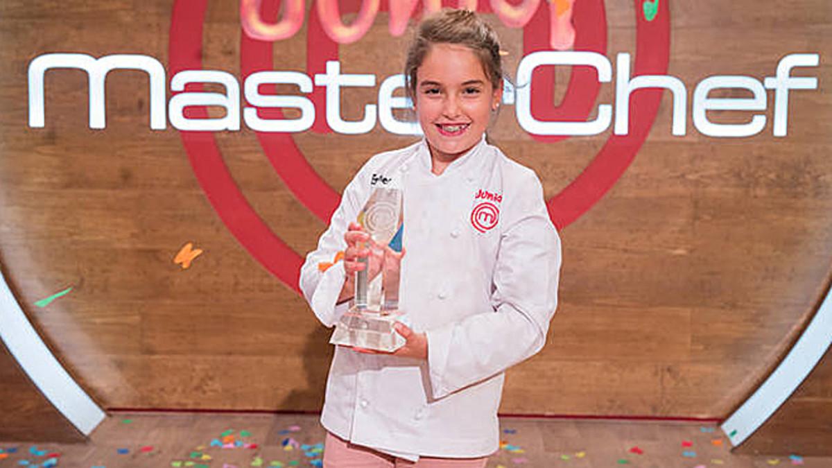 Esther, con el trofeo de ganadora de Masterchef junior 5.