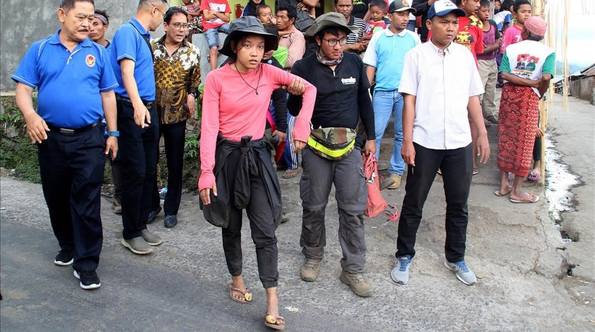 Excursionistas descendiendo del monte Rinjani después de que un terremoto golpeara la isla de indonesia de Lombok el día anterior.