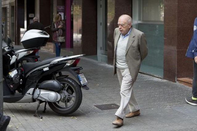 El expresident Jordi Pujol sale de su despacho, en la calle de Calàbria de Barcelona.