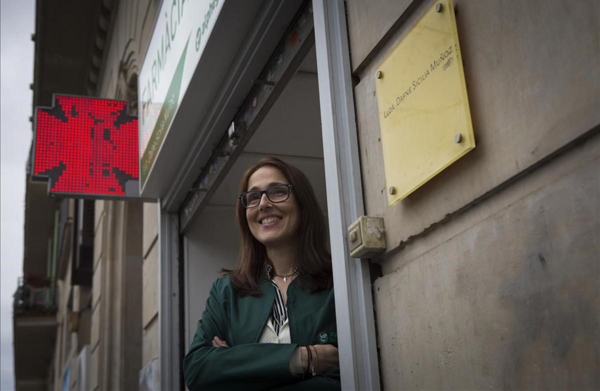 Dafne Sicilia, en su farmacia de Diputació, 12.