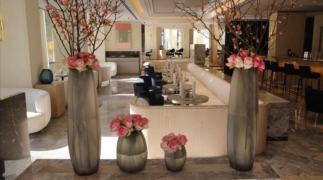 Zona de restaurante al fondo, bar y coctelería Somni del Hotel The One.
