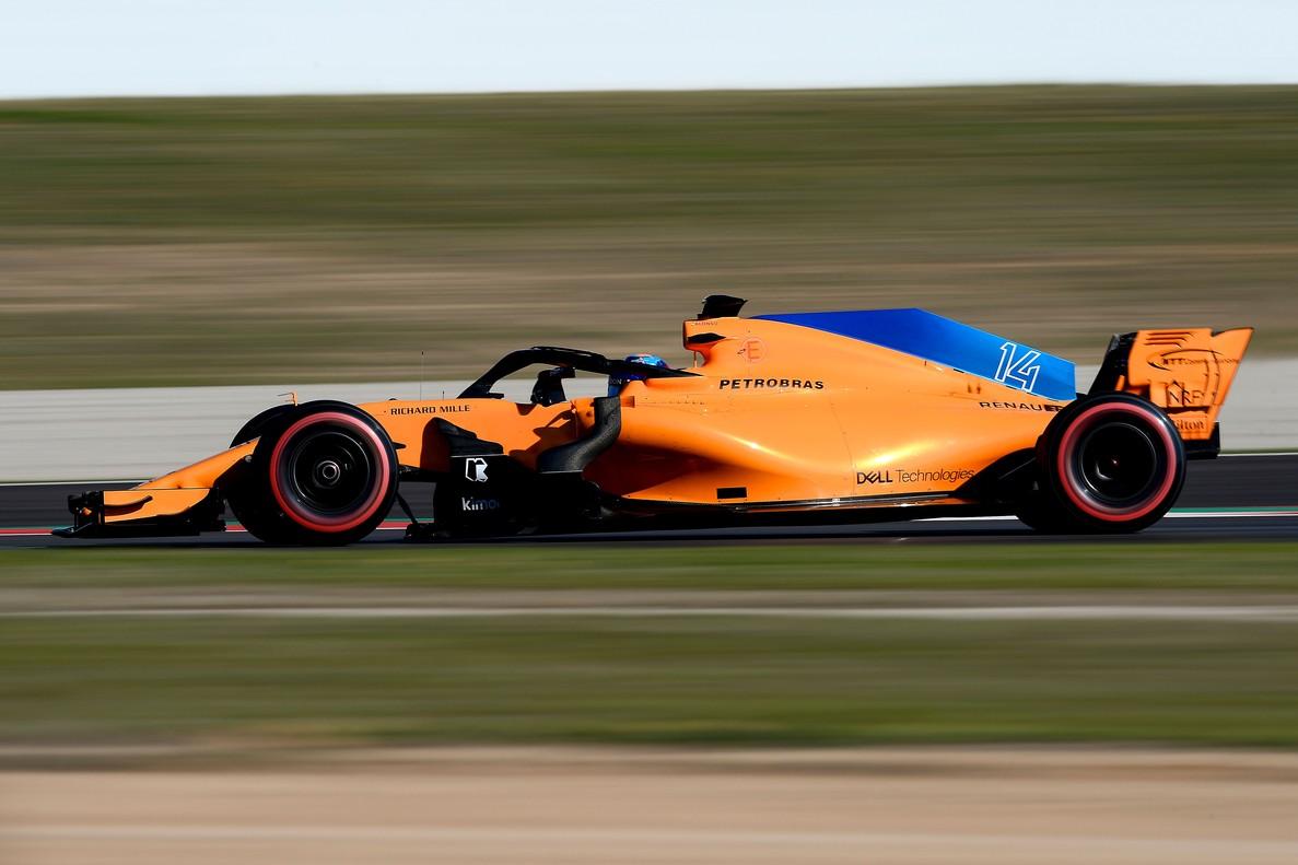 Fernando Alonso, en pleno pilotaje por la pista de Montmeló.