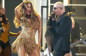 Sofia Vergara y Pitbull, durante su actuación en los Grammy.
