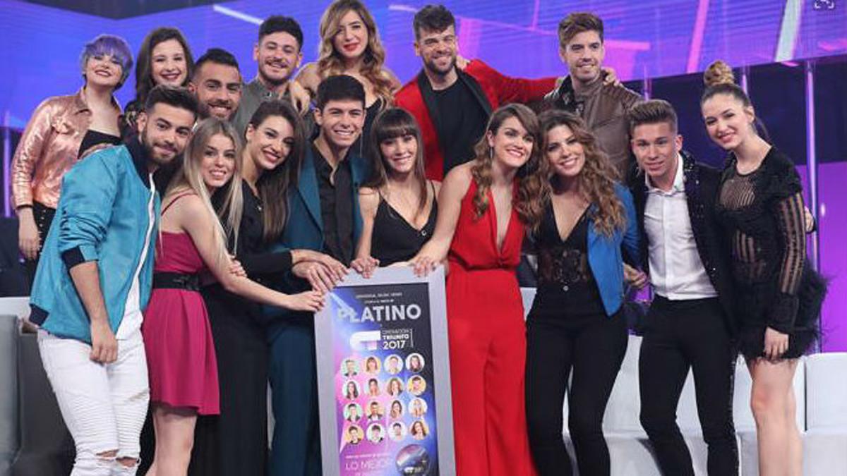 Los 16 concursantes, con el disco de platino que han logrado.