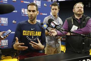 OAK14. OAKLAND (EE.UU.), 30/05/18.- Jose Calderón de Cavaliers participa en el día de prensa del equipo en las finales de la NBA hoy, miércoles 30 de mayo de 2018, en Oakland (Estados Unidos) . Los Warriors enfrentarán a los Cavaliers en las finales de NBA. EFE/JOHN G. MABANGLO