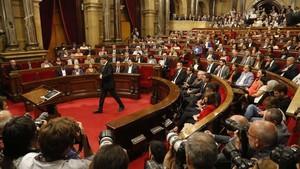 Carles Puigdemont se dispone a intervenir en el Parlament.