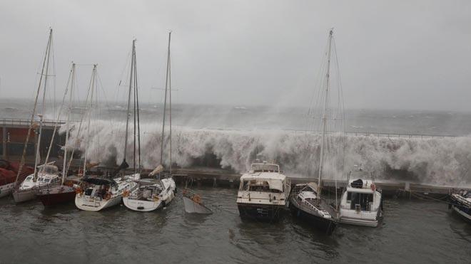 Fuerte oleaje en el Port Olímpic de Barcelona por el temporal causado por la borrasca 'Gloria'.