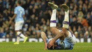 Gabriel Jesús, en el suelo tras una acción en el derbi de Manchester.