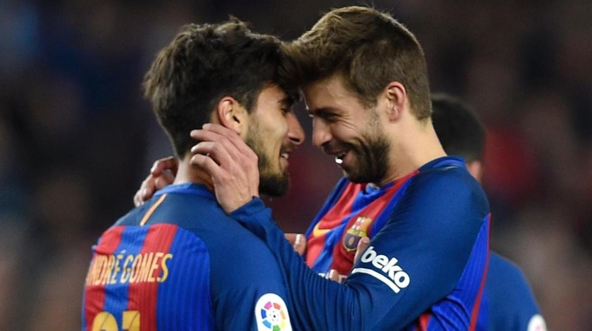 Gerard Piqué (derecha) felicita a André Gomes por un gol al Valencia.